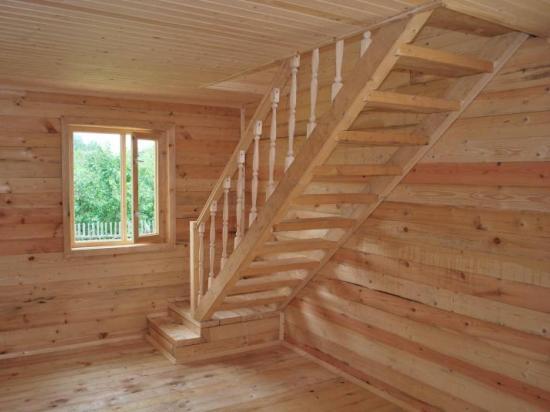 Лестница из дерева с резными балясинами на мансарду
