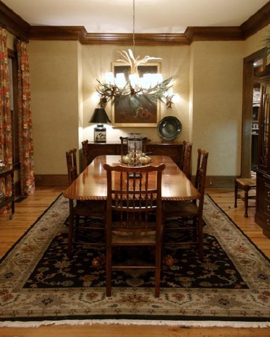 Потолочный деревянный плинтус в цвет мебели гостиной-столовой