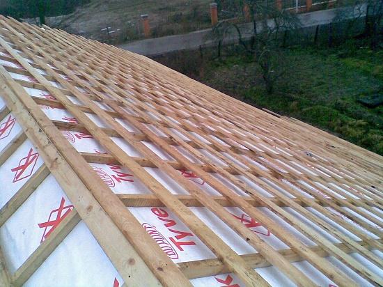Завершение монтажа обрешетки на изоляционную пленку мансардной крыши