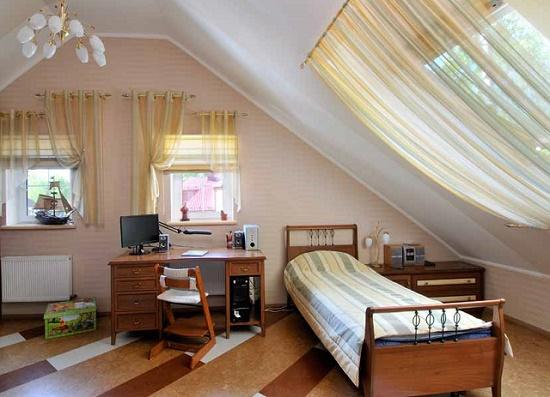 Интерьер мансардной спальни совмещенной с рабочим кабинетом