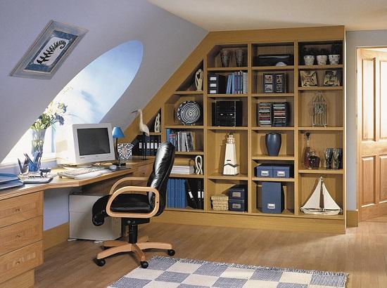 Дизайн кабинета на мансарде с рабочим столом и встроенным шкафом