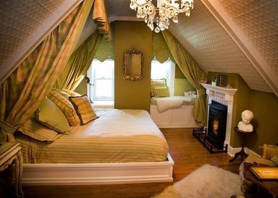 Комбинирование классического и стиля кантри в создании интерьера спальни в мансарде