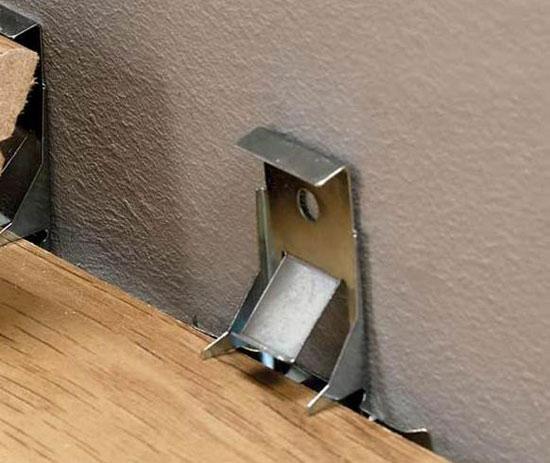 Клипса для крепления пластикового плинтуса к стене
