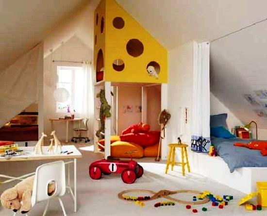 Интерьер маленькой детской комнаты с игровой зоной на мансарде