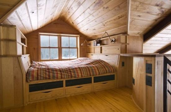 Вагонка в интерьере спальни на маленькой мансарде