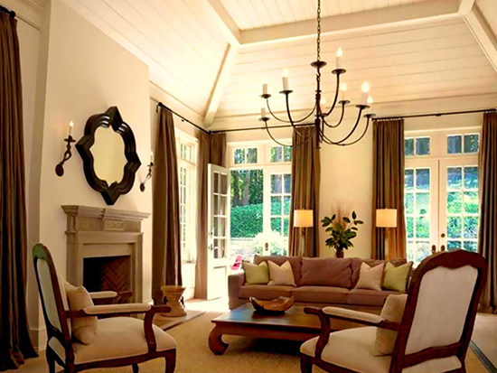 Мансарда с высоким потолком и оформлением в строгом английском стиле