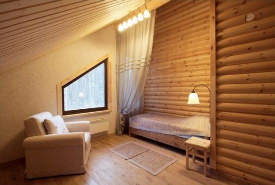Дизайн мансарды с обшивкой стен и потолка вагонкой и блокхаусом
