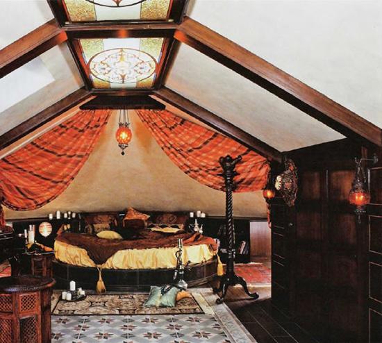 Восточный стиль в оформлении интерьера мансардной спальни