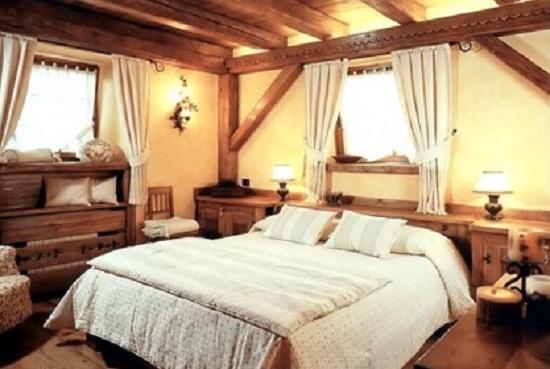 Дизайн спальни в деревенском стиле на мансарде