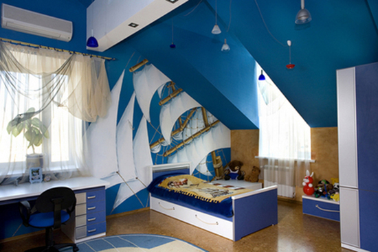 Оформление бело-голубой детской мансардной спальни в морском стиле