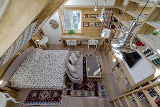 Простая мебель и ковры с узором в оформлении мансарды стиля кантри