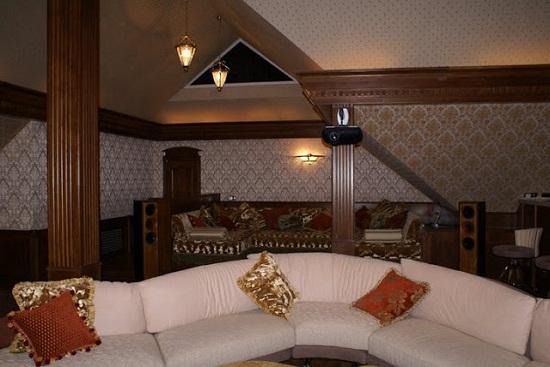 Дизайн комнаты отдыха на мансарде в классическом стиле