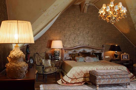 Выбор классического стиля оформления небольшой мансардной спальни