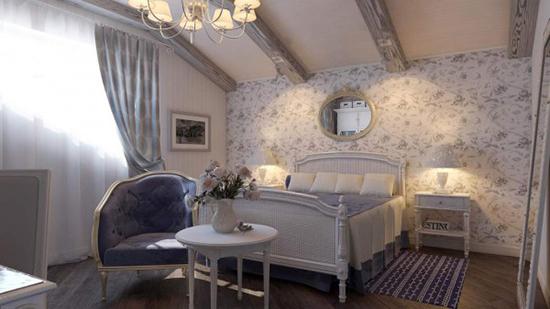 Цветочные обои и рюши в оформлении мансардной спальни в стиле прованс