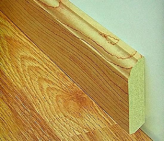 Высокий плинтус из МДФ для напольного покрытия из ламината