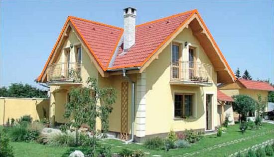 Загородный дом с мансардой под многоскатной крышей