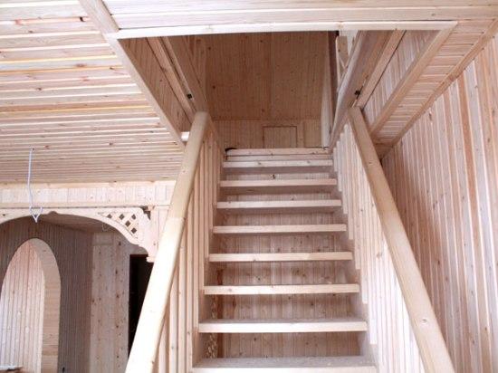 Одномаршевая деревянная лестница на мансардный этаж