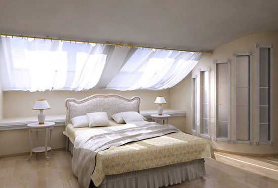 Оформление мансардного окна короткими полупрозрачными занавесями