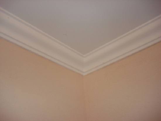 Плинтус из пенопласта на потолке комнаты