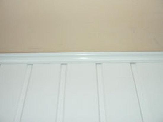 Потолочный пластиковый плинтус в сочетании с отделкой стен пвх