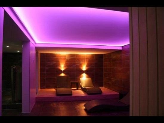 Установка в комнате потолочного плинтуса со встроенной подсветкой