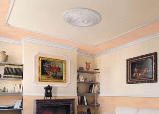 Полистирольный плинтус в декоративной отделке потолка