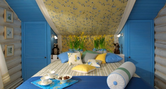 Встроенные под скатом крыши шкафчики в интерьере мансардной спальни