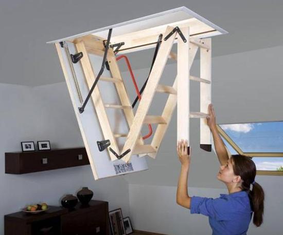 Деревянная лестница складной конструкции на мансарду
