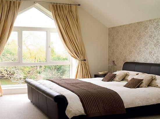 Классический дизайн спальни на мансарде с большими окнами