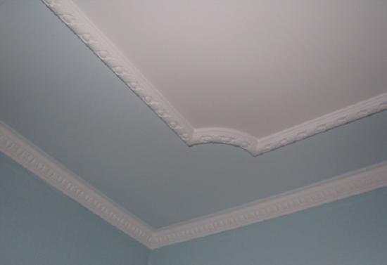 Декоративный тонкий плинтус белого цвета для отделки потолка в тон стен