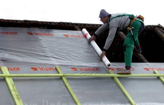 Монтаж гидроизоляционной пленки при строительстве мансардной крыши