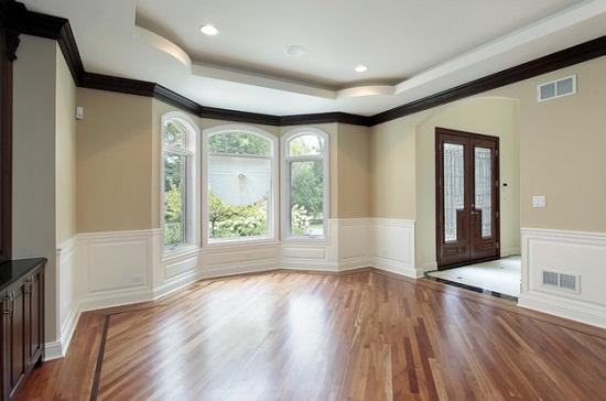 Цветной плинтус для декорирования потолка в комнате сложной формы