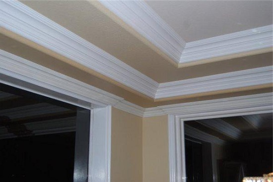 Использование широкого плинтуса для декорирования потолка