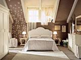 Установка белого гарнитура в спальне на мансарде