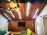 Деревянный потолок с подсветкой на мансарде
