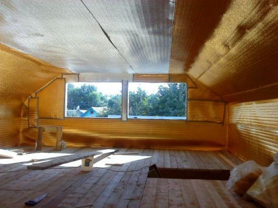 Укладка утеплителя на стены и потолок мансарды
